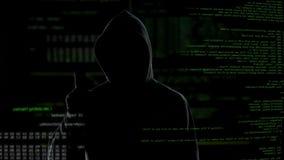 Homem na tecla da capa na tela virtual com roteiros, ataque anônimo do cyber filme