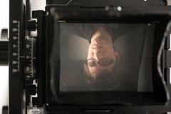Homem na tela da câmera da película Imagens de Stock Royalty Free