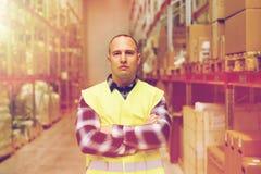 Homem na veste reflexiva da segurança no armazém Imagem de Stock Royalty Free