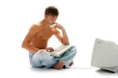 Homem nas calças de brim com computador Fotos de Stock
