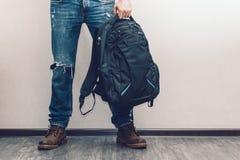Homem nas calças de brim com trouxa Imagem de Stock