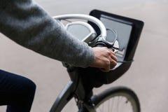 Homem nas calças de brim e na bicicleta da equitação da camiseta Imagem de Stock