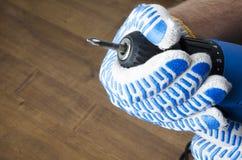 Homem nas luvas que preparam uma chave de fenda para trabalhos do reparo em casa Close up disparado com mão masculina do espaço v fotos de stock