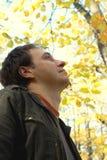 homem nas madeiras do outono imagens de stock royalty free