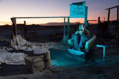 Homem nas ruínas que olha a televisão Foto de Stock