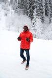 Homem negro alegre afro-americano no terno de esqui no inverno nevado fora, Almaty, Cazaquistão Imagem de Stock Royalty Free