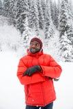 Homem negro alegre afro-americano no terno de esqui no inverno nevado fora, Almaty, Cazaquistão Fotografia de Stock