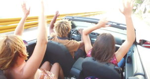 Homem negro com dreadlocks que partying com amigos ao conduzir no convertible filme