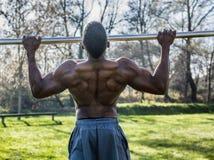 Homem negro descamisado muscular no parque Fotos de Stock Royalty Free