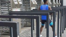 Homem negro energético que faz o exercício na metrópole grande, exercícios running da rua filme