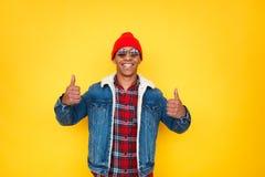 Homem negro feliz que mantém os polegares fotos de stock royalty free