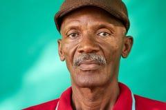 Homem negro idoso triste do retrato dos povos dos sêniores com chapéu Fotos de Stock