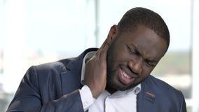Homem negro no terno com dor de pescoço video estoque