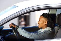 Homem negro novo feliz que conduz o carro fotos de stock royalty free