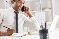 Homem negro novo no escritório fotos de stock