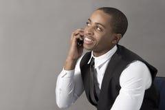 Homem negro novo que fala em seu telefone celular Fotos de Stock