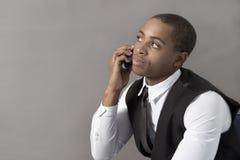 Homem negro novo que fala no telefone celular Fotografia de Stock
