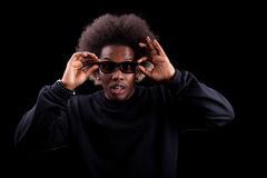 Homem negro novo que presta atenção a um filme 3D Fotografia de Stock