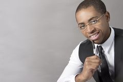 Homem negro novo que sorri e que pensa Fotos de Stock