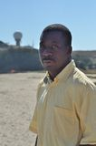 Homem negro pela água irritada Fotografia de Stock Royalty Free