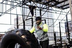 Homem negro que exercita no gym fotos de stock royalty free