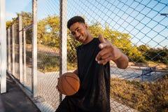 Homem negro que joga o basquetebol, bola da rua, homem que joga, competições de esporte, afro, retrato exterior Fotografia de Stock Royalty Free