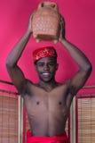 Homem negro que levanta perto de uma tela de lingüeta Imagem de Stock