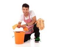 Homem nepalês novo de sorriso, housework fotografia de stock