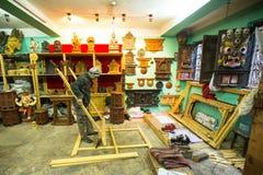 Homem nepalês que trabalha em sua oficina de madeira Foto de Stock
