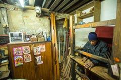 Homem nepalês que trabalha em sua oficina de madeira Mais 100 grupos culturais criaram uma imagem de Bhaktapur como a capital de  Imagem de Stock Royalty Free
