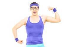 Homem Nerdy no sportswear que mostra o bíceps fotos de stock royalty free