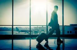 Homem no aeroporto com mala de viagem fotos de stock
