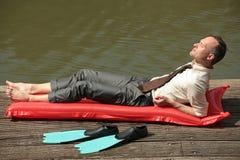 Homem no airbed Fotos de Stock