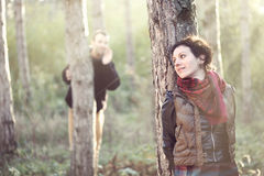 Homem no amor que procura sua amiga na floresta Fotografia de Stock Royalty Free