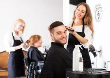 Homem no barbeiro foto de stock royalty free