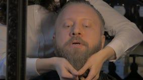 Homem no barbeiro vídeos de arquivo