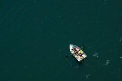 Homem no barco Fotografia de Stock