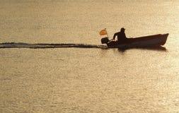 Homem no barco de motor, Espanha foto de stock royalty free