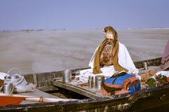 Homem no barco em Bengal ocidental Foto de Stock