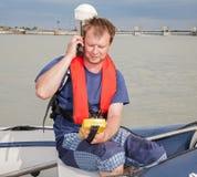 Homem no barco na medição com GPS foto de stock royalty free