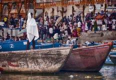 Homem no barco perto de um Varanasi Ghat Imagem de Stock Royalty Free