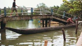 Homem no barco velho pequeno no rio, Indonésia video estoque