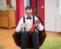 Homem no branco com a plataforma velha da cassete de banda magnética em sua sala de visitas Imagens de Stock