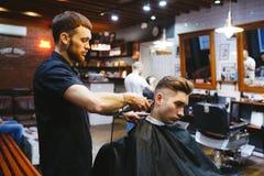 Homem no cabeleireiro Foto de Stock Royalty Free
