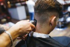 Homem no cabeleireiro Fotos de Stock