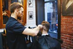 Homem no cabeleireiro Imagem de Stock