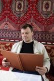 Homem no café asiático Imagem de Stock Royalty Free