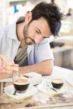 Homem no café bebendo da barra Fotografia de Stock