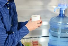 Homem no café bebendo do escritório Imagem de Stock Royalty Free