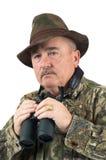 Homem no camo com binóculos Imagens de Stock Royalty Free